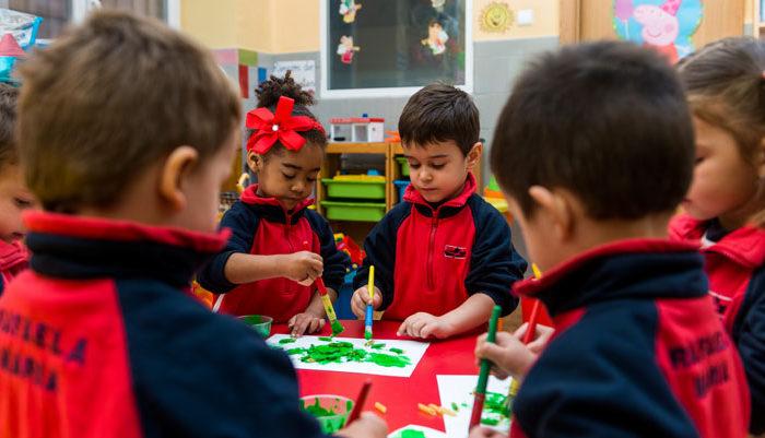 Niños de infantil coloreando