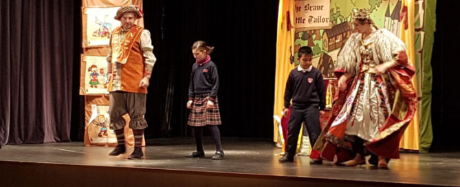 Alumnos del Primaria del Colegio Rafaela María en la Sala Borja viendo una obra de teatro en inglés.