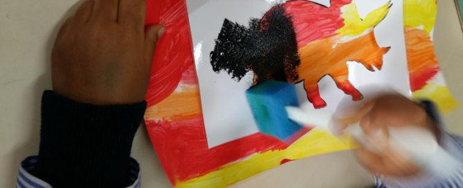 Un dinosaurio colorido