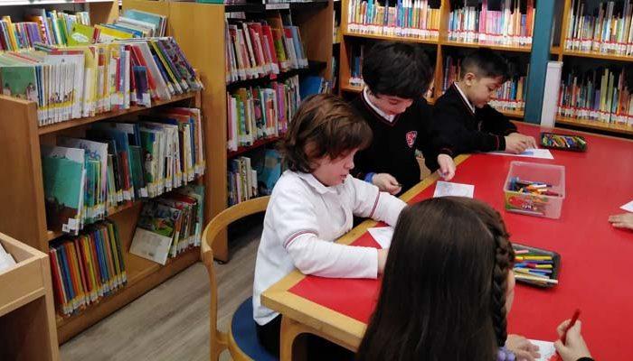 Alumnnos y alumnas de primero de primaria del Colegio Rafaela María de Valladolid visitan la biblioteca Francisco Javier Martín Abril.