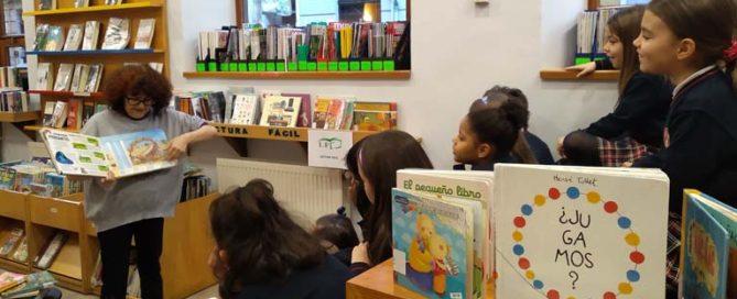 Los alumnos y alumnas de 2º de primaria del Colegio Rafaela María de Valladolid visitan la biblioteca Francisco Javier Martín Abril.