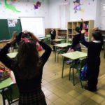 Los alumnos y alumnas de primero de primaria comienzan la mañana bailando en el Colegio Rafaela María de Valladolid.