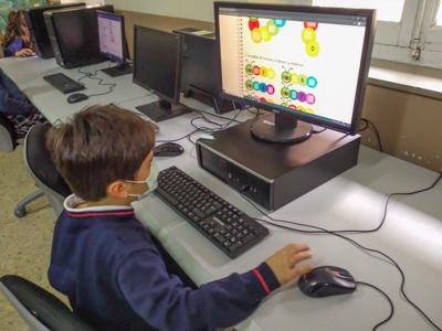Los alumnos de primero de primaria del Colegio Rafaela María de Valladolid aprenden y se divierten con el ordenador.