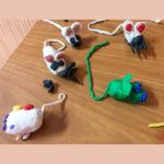 Los alumnos y alumnas de 2º de primaria del Colegio Rafaela María de Valladolid trabajan motricidad fina y hacen unos ratoncillos chulísimos.