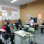 """Los alumnos y alumnas de 5º de primaria del Colegio Rafaela María de Valladolid debaten con la actividad """"Barca salvavidas""""."""