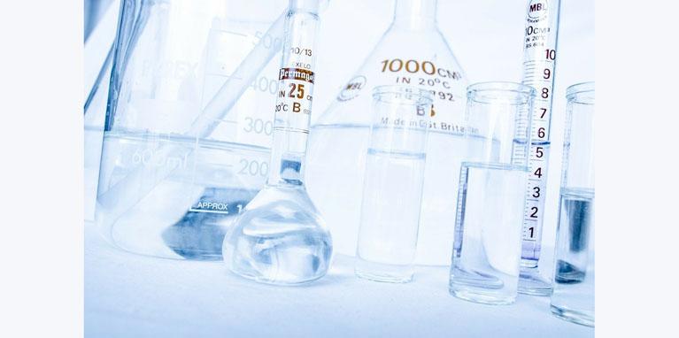 Los alumnos y alumnas de sexto de primaria del Colegio Rafaela María experimentan con una reacción química.